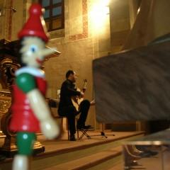 Pinocchio osserva divertito