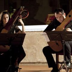 in Duo con Simona Boni, suonando chitarre-lyra Mozzani